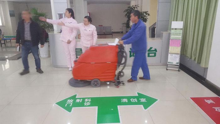 小型医院用手tui式洗地ji再次入zhu某医院